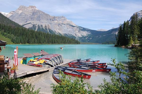 Yoho-National-Park-Emerald-Lake-canoes-kl